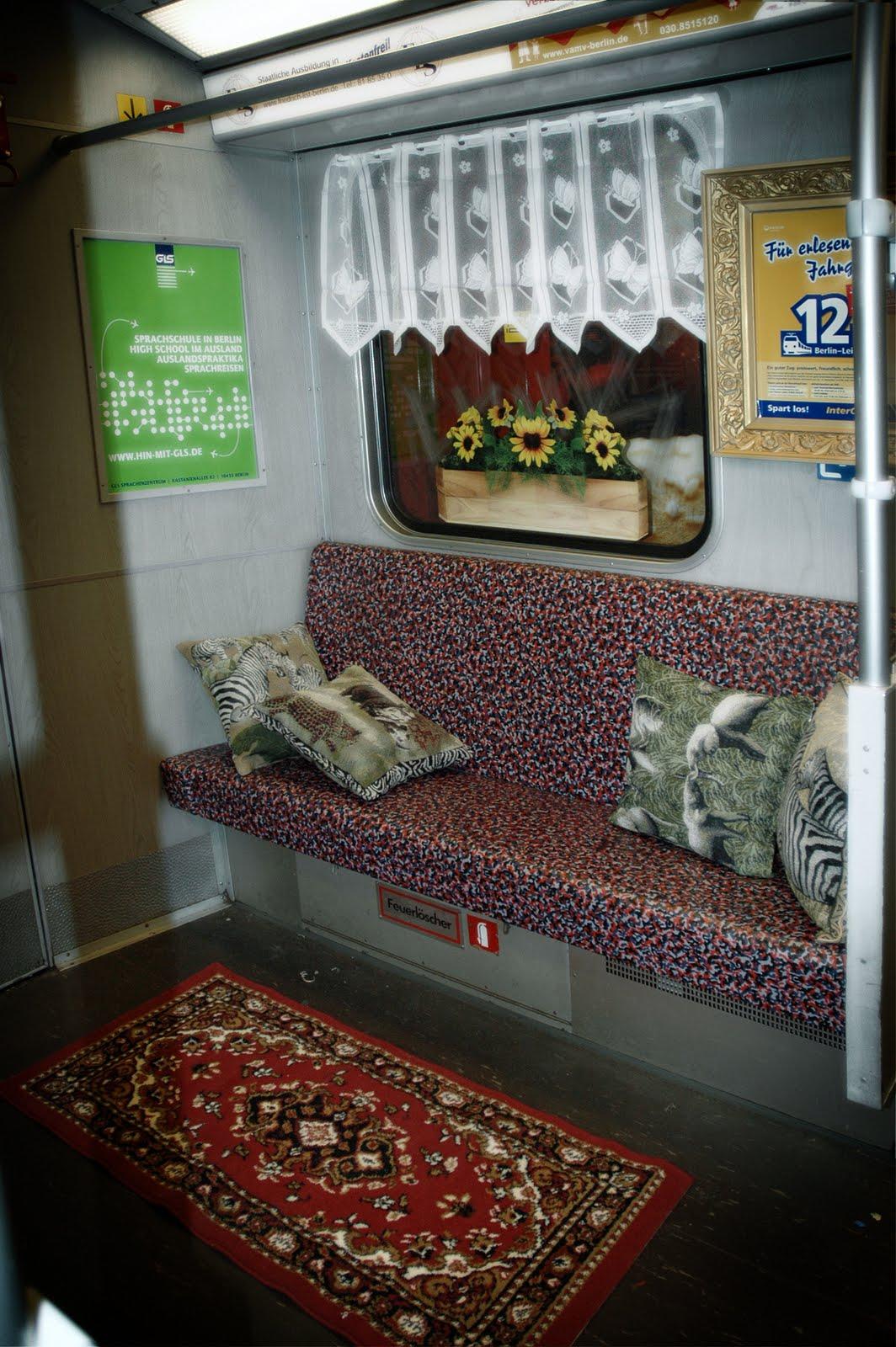 Mentalgassi_Public_Intimacy_metro_1